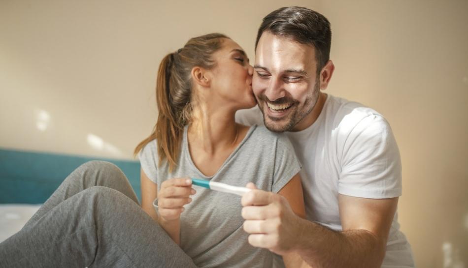 Coppia felice dopo test di gravidanza positivo