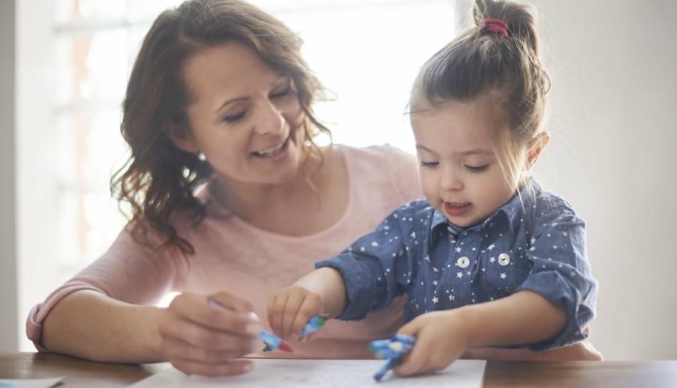 Mamma e figlia disegnano assieme