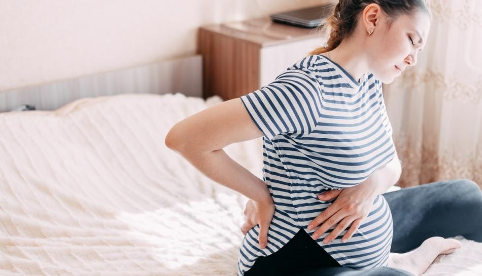 Donna soffre di mal di schiena in gravidanza