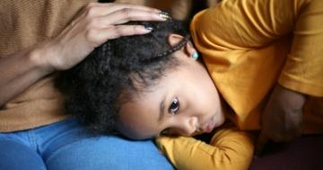 Bambina consolata dalla mamma