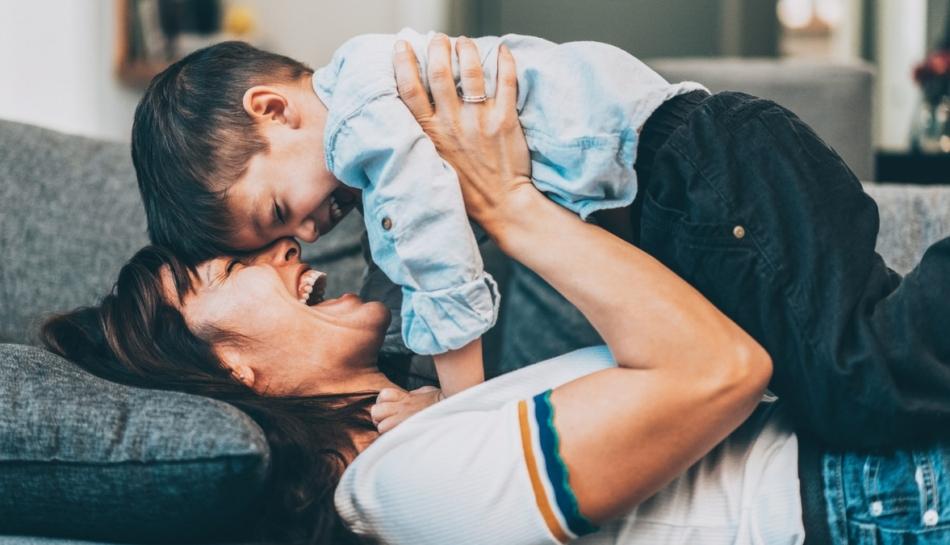 Mamma e figlio giocano sul divano