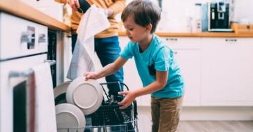 Bambino obbediente aiuta a caricare la lavastoviglie
