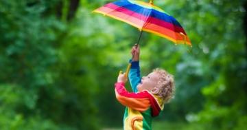 Bambino gioca con la pioggia