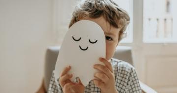 Bambino si nasconde dietro il suo disegno di un fantasma