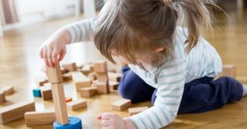 Bambina di 2 anni gioca in casa
