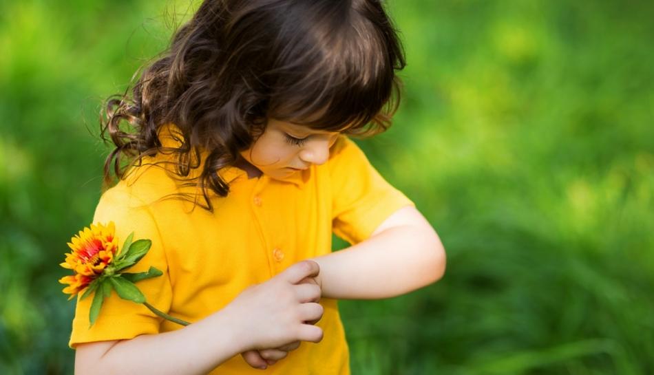 Bambina al parco si gratta