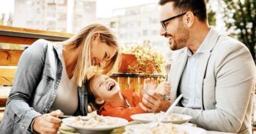Famiglia in un ristorante all'aperto