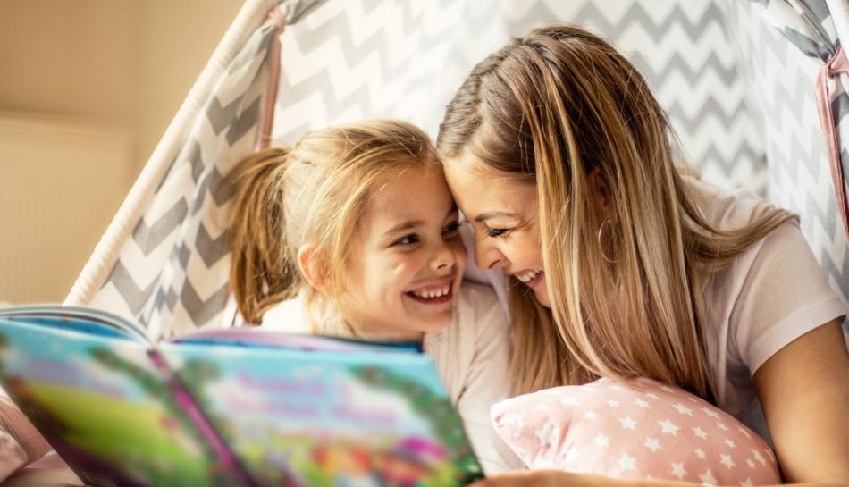 una mamma legge un libro illustrato con la figlia