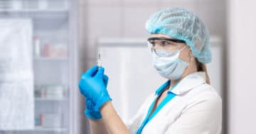 operatore sanitario che prepara una vaccinazione