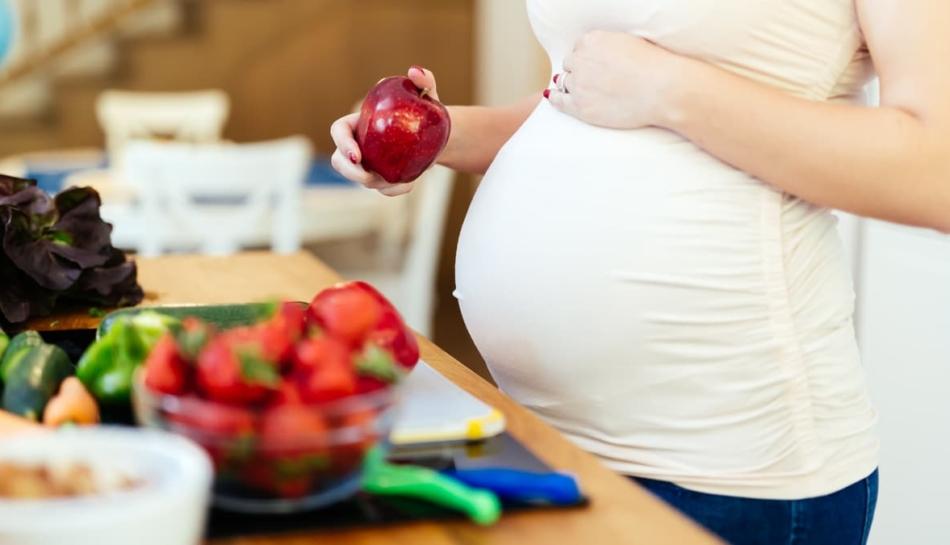 Donna in gravidanza fa uno spuntino