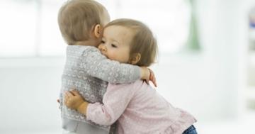 Due bambini piccoli che si abbracciano