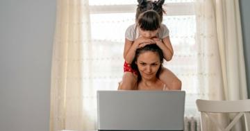 Madre lavoratrice da cosa con la figlia sulle spalle