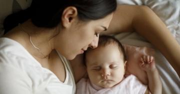 primo piano di una neomamma con il suo bambino