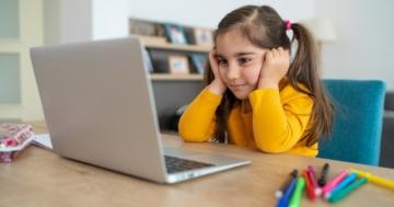 Bambina davanti al computer per la didattica a distanza