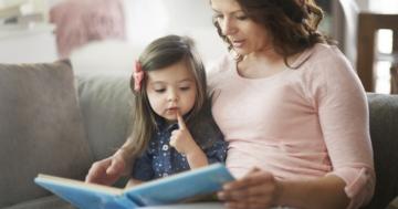 Mamma che legge una fiaba alla suaa bambina