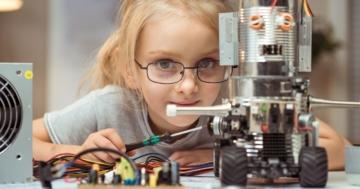 Bambina con un robot costruito da lei