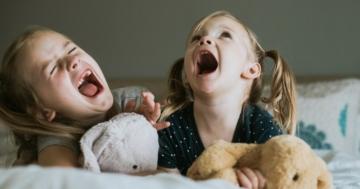 Due bambine che urlano sdraiate sul letto