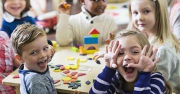 Bambini che giocano con le costruzioni in un asilo