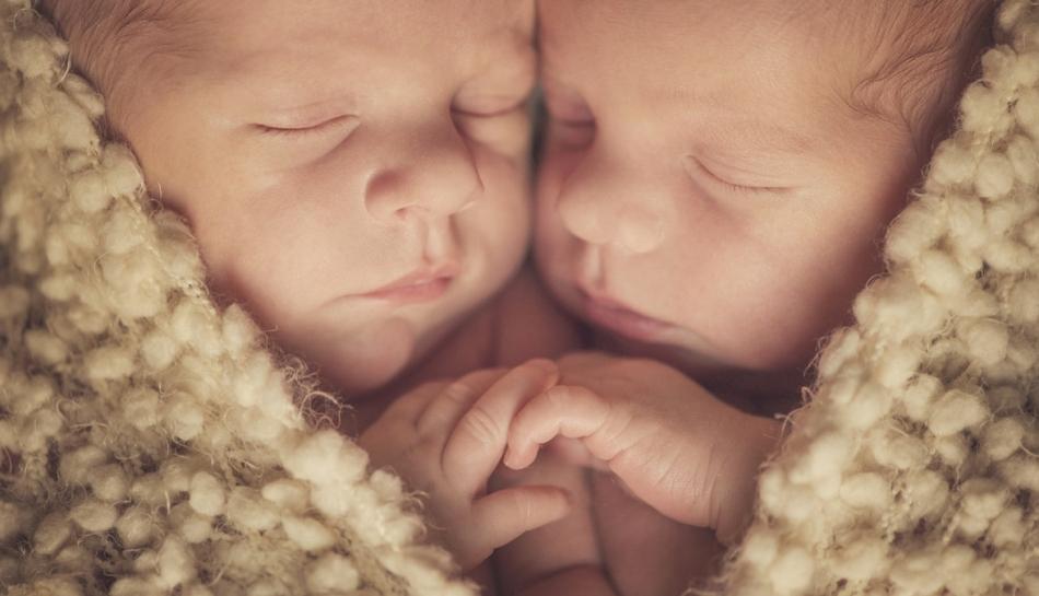 Fratelli gemelli dormono vicini