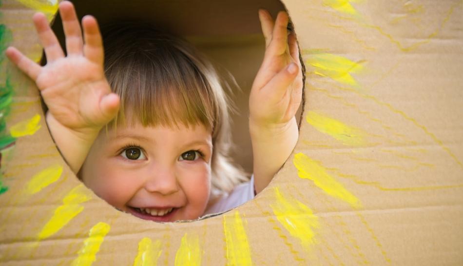 Bambina gioca a cucù