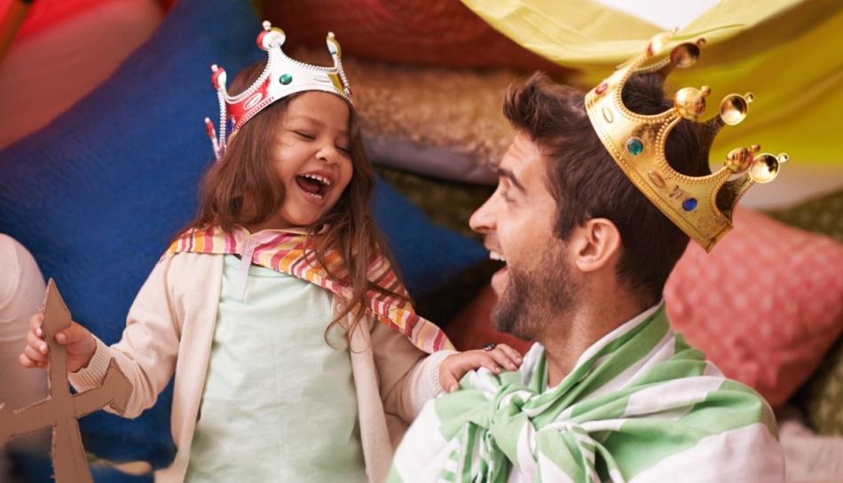 Una bambina gioca con il suo papà e sono entrambi travesti da re protagonisti dei classici per l'infanzia