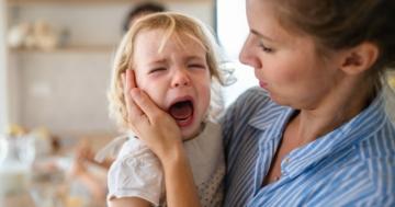 Mamma consola il suo bambino durante un capriccio