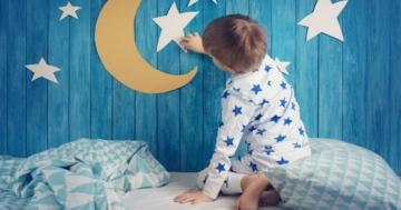 Bambino durante un episodio di sonnambulismo