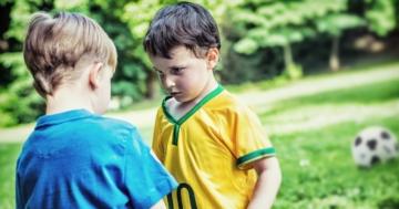 Due bambini aggressivi che si sfidano durante una partita di calcio