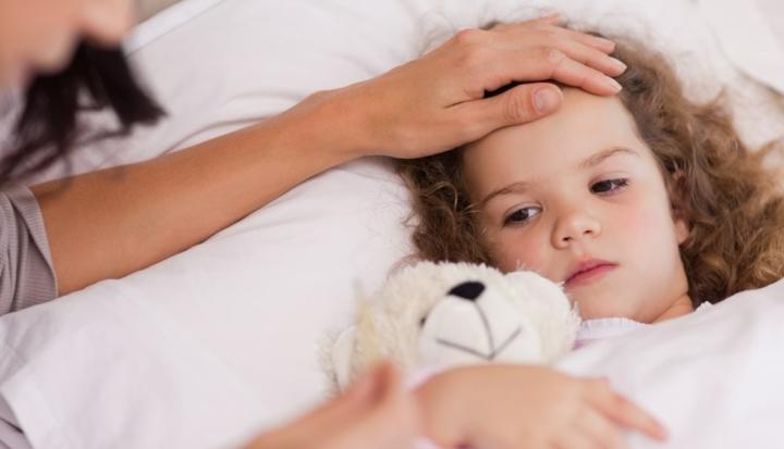 Bambina a letto con PFAPA febbre periodica